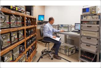 Multímetro de referencia 8588A de Fluke en laboratorio de certificación de calib