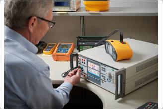 El 5322A de Fluke calibrando un comprobador de seguridad eléctrica