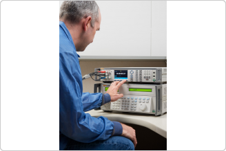 Multímetro de referencia Fluke 8588A y técnico de calibración